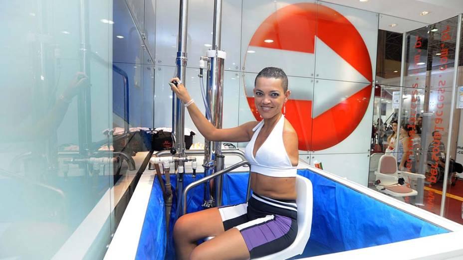Mulher com deficiência utiliza elevador próprio para piscinas no estande da Personal Access