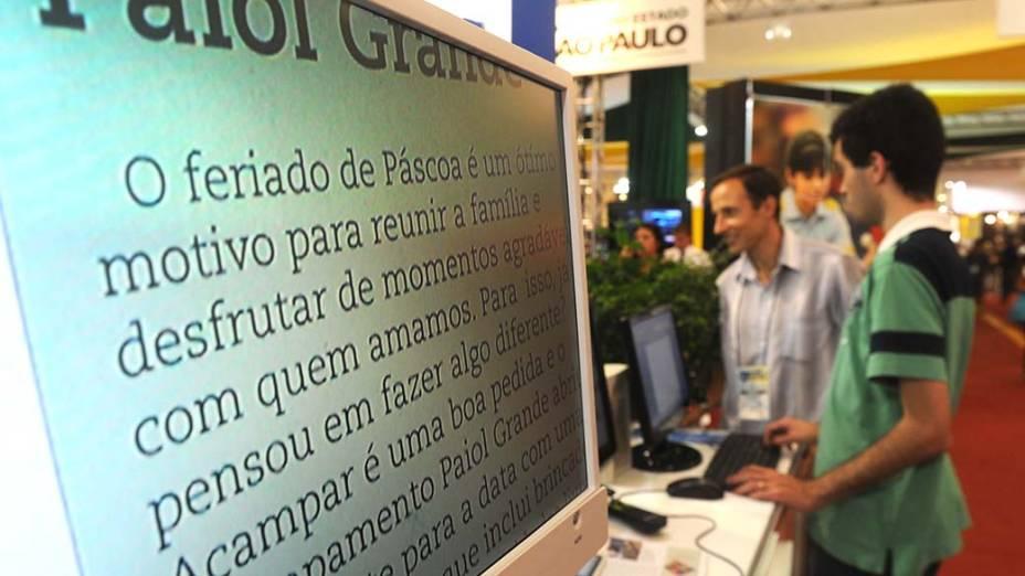 Pessoa com deficiência visual usa teclado que lê o que se digita no estande da Laramara