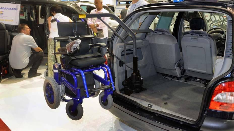 Carro adaptado para cadeira de rodas na feira Reatech, em São Paulo