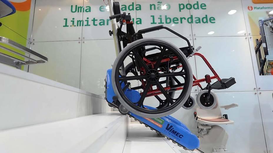 Cadeira de rodas que desce escada é exibida na feira Reatech, em São Paulo