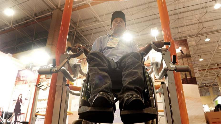 Galdino Ferreira experimenta equipamento de musculação para pessoas com deficiência