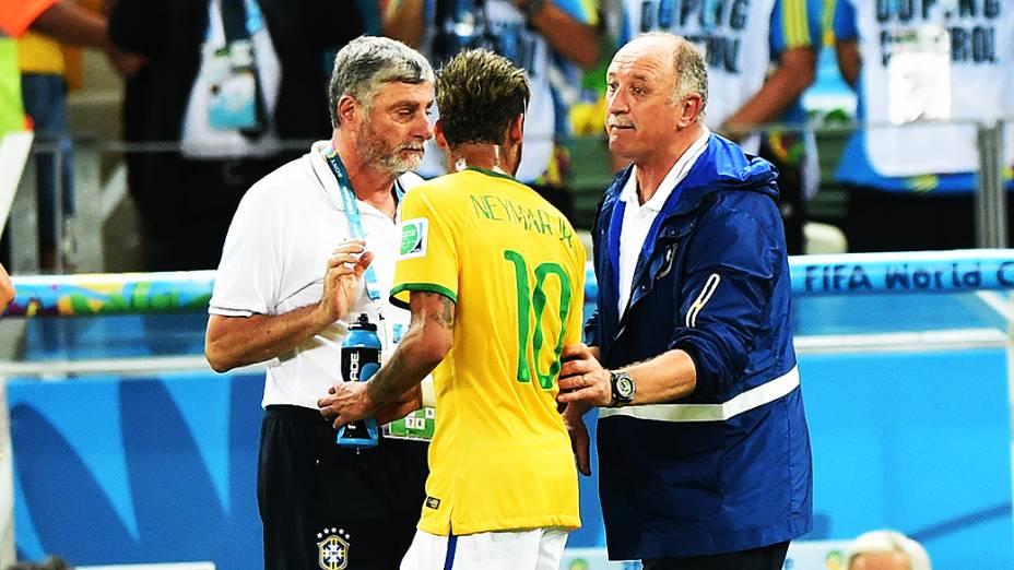O técnico Luiz Felipe Scolari passa orientações à Neymar no jogo contra a Colômbia, em São Paulo