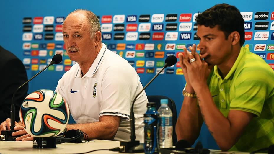 O técnico Luiz Felipe Scolari e o jogador Thiago Silva, durante coletiva de imprensa nesta sexta-feira (27)