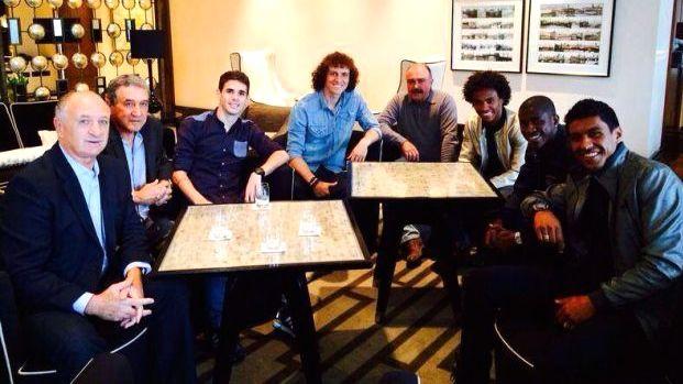A comissão técnica da seleção brasileira com os jogadores que atuam nos clubes de Londres