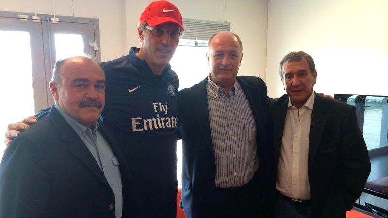 A comissão técnica da seleção brasileira com o técnico do PSG, Laurent Blanc