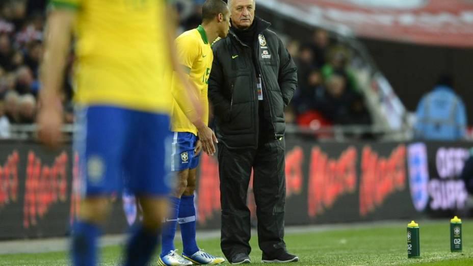 O técnico Luiz Felipe Scolari comanda a seleção em sua reestreia, contra a Inglaterra, em Wembley