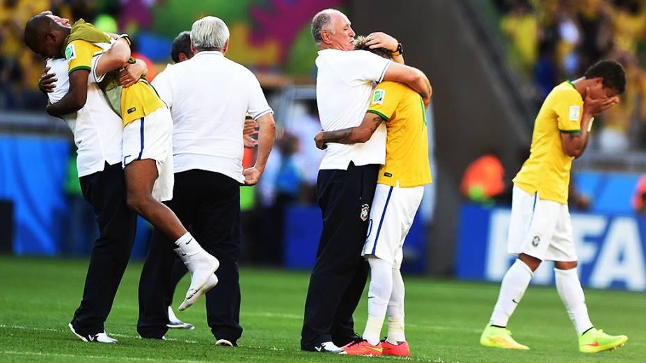 Felipão abraça Neymar após a vitória do Brasil sobre o Chile