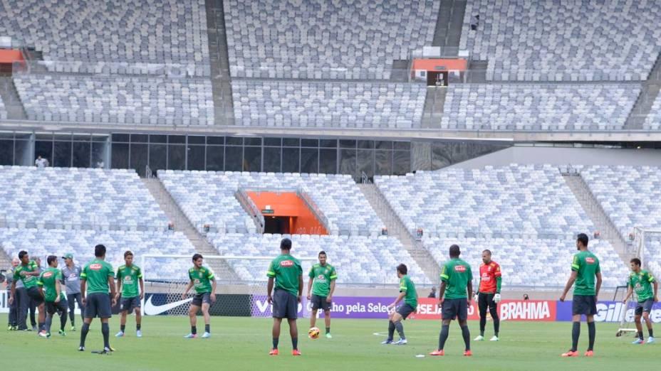 Felipão e sua equipe no treino da véspera da partida amistosa contra o Chile, no Mineirão