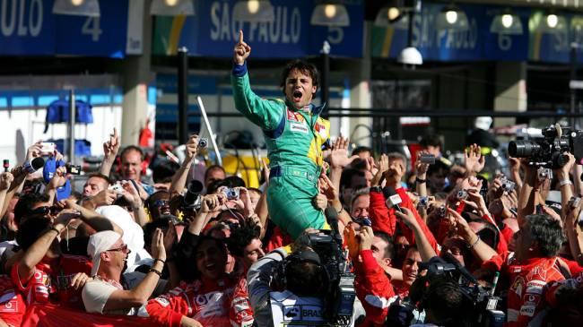 O piloto brasileiro Felipe Massa é carregado pela equipe Ferrari após vencer o GP Brasil de Fórmula 1. 22/10/2006