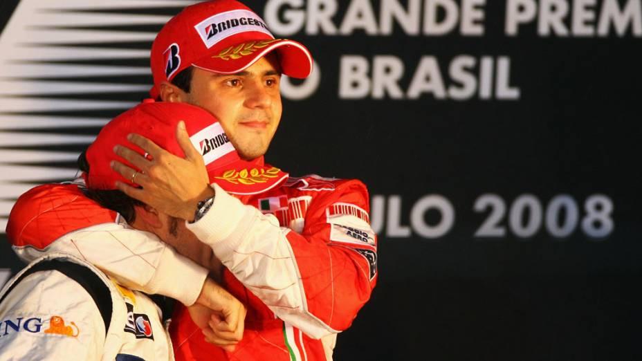 Felipe Massa abraça Lewis Hamilton após vencer o GP do Brasil, mas perder o campeonato para o piloto inglês. 02/11/2008