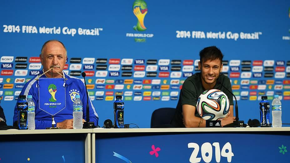 Técnico Luiz Felipe Scolari e Neymar durante coletiva de imprensa no Itaquerão, em São Paulo