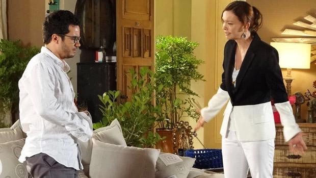 Felipe (Thiago Mendonça) e Helena (Júlia Lemmertz), de Em Família: ele é quase 20 anos mais novo que ela, mas na novela a diferença seria de poucos anos