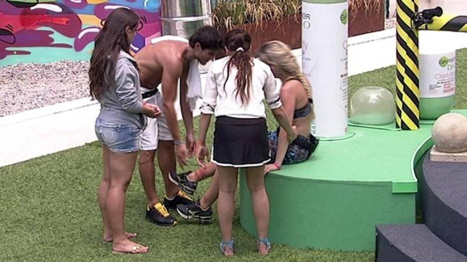 Fernanda é amparada após prova da liderança do BBB13
