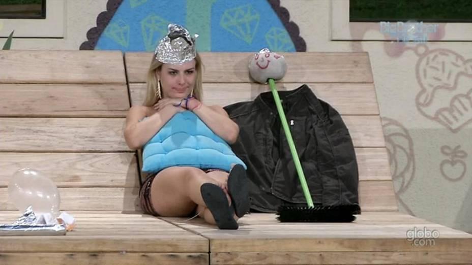 Fernanda monta boneco após saída de André do BBB13