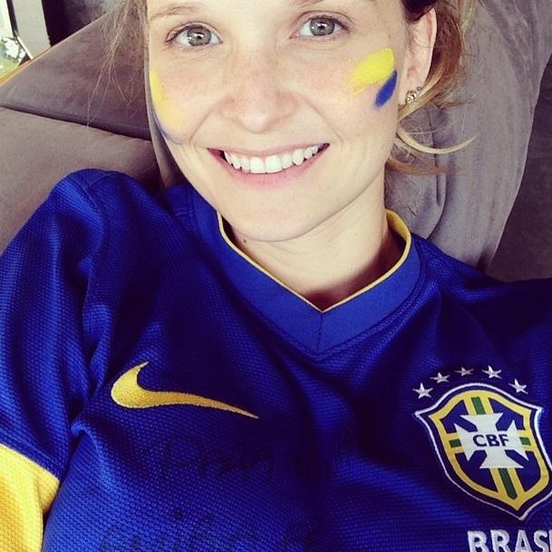 Fernanda Rodrigues com a camisa da Seleção Brasileira.