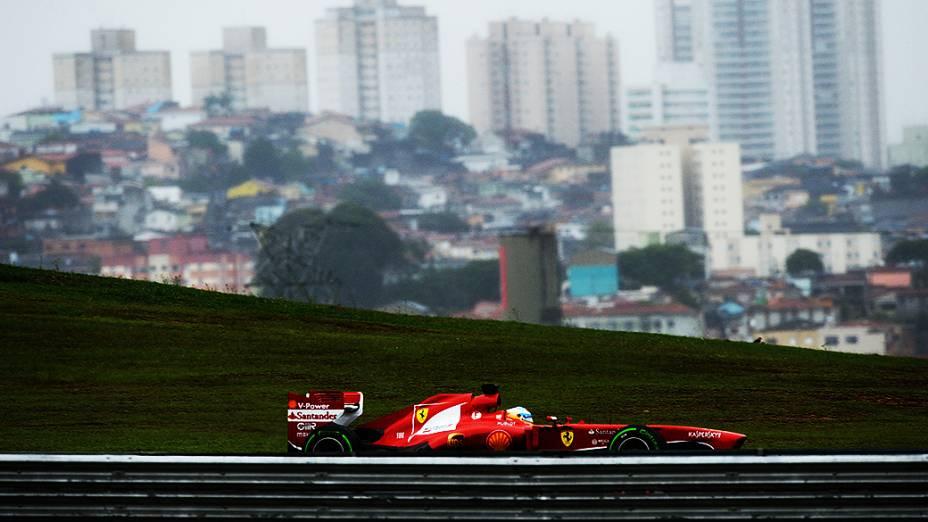 Fernando Alonso durante o treino classificatório no circuito de Interlagos, em São Paulo