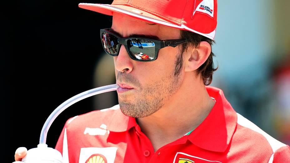 O espanhol Fernando Alonso no box da Ferrari em Interlagos