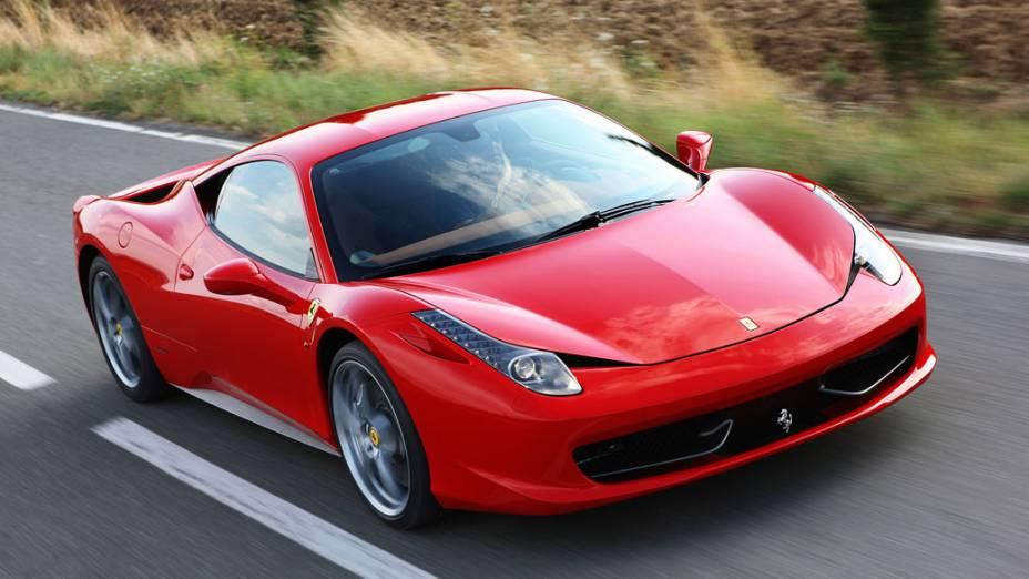 Ferrari 458 Italia: foi lançada em 2009, mas só chegou às lojas no ano seguinte. Motor V8, 4.5 litros, e 562 cavalos de potência. Custa 230.000 dólares
