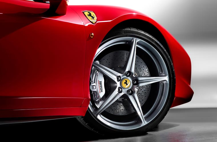 Na dianteira, a 458 Italia tem pneus 235/35 R20 de 8,5 polegadas