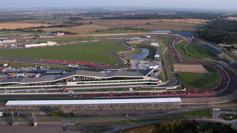 Vista geral do encontro de Ferraris em Silverstone, na Inglaterra