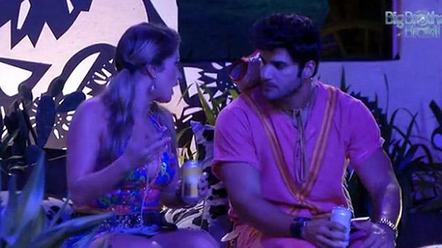 Fani e Marcello conversam durante a festa Cangaço, no BBB 13