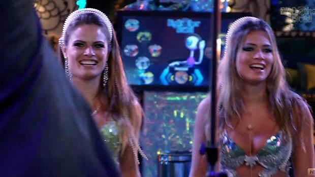 Natália e Fani assistem ao show do SPC na festa desse sábado (16), do BBB 13
