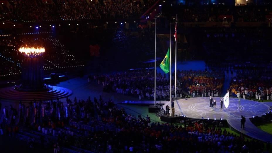A bandeira brasileira é hasteada no encerramento da Paralimpíada de Londres-2012
