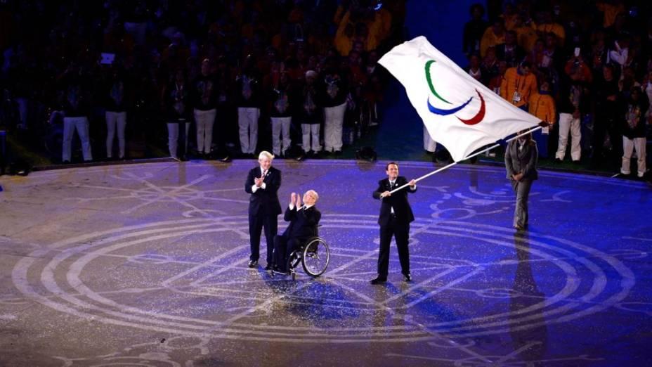 O prefeito do Rio, Eduardo Paes, recebe a bandeira paralímpica no encerramento de Londres-2012