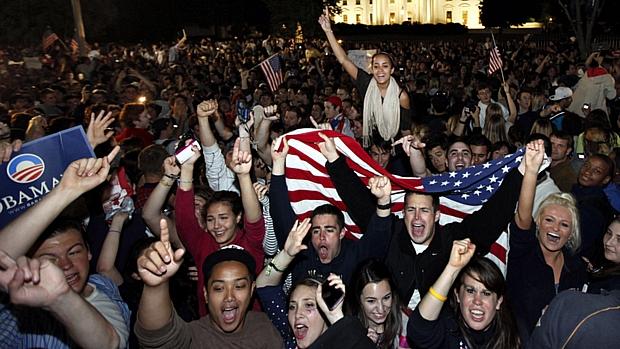 Multidão comemora morte do terrorista Osama bin Laden na frente da Casa Branca, em Washington, na noite deste domingo.