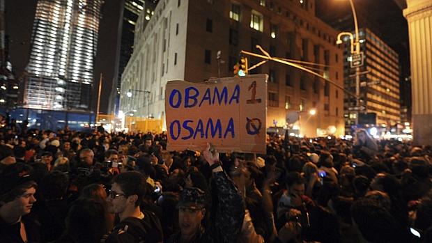 Homem segura cartaz aludindo à vitória do presidente americano sobre o chefe da rede terrorista Al Qaeda; especialistas avaliam que popularidade de Obama suba entre os americanos.
