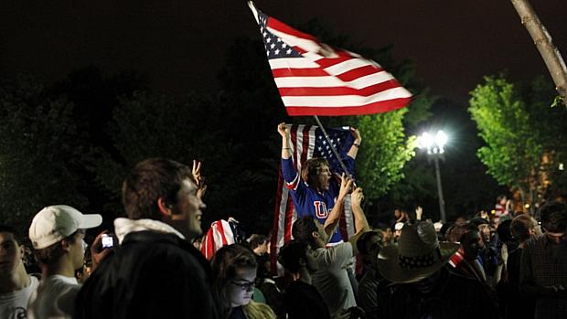 Multidão se reúne na frente da Casa Branca para celebrar a morte do terrorista Osama bin Laden na noite deste domingo