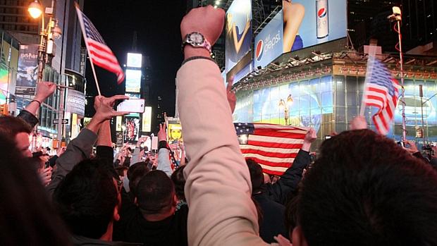 Americanos se aglomeram em Times Square, em Nova York, na madrugada desta segunda-feira após anúncio da morte do terrorista Osama bin Laden.