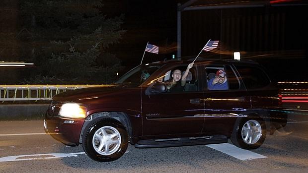 Motoristas acenam em rua de Washington: multidão saiu às ruas na madrugada para comemorar morte de Osama.