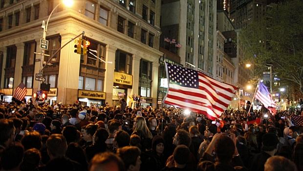 Em Nova York, a situação não foi diferente: pessoas tomaram as ruas na madrugada para celebrar a morte do terrorista mais procurado do mundo, responsável pelos ataques de 11/9.