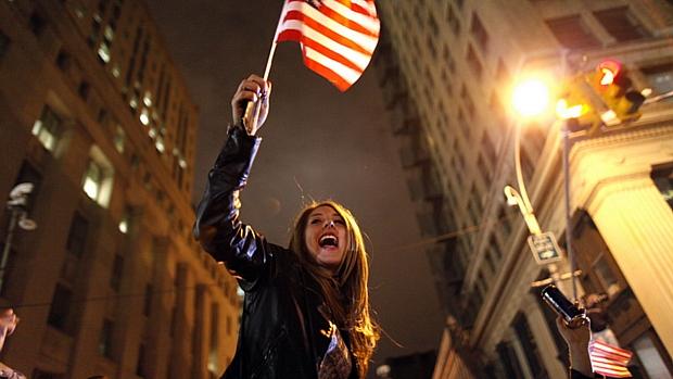 Garota agita bandeira americana em Nova York para celebrar morte de Osama.