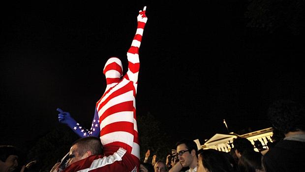 Com o corpo pintado nas cores da bandeira americana, homem comemora morte de Osama na frente da Casa Branca, em Washington.