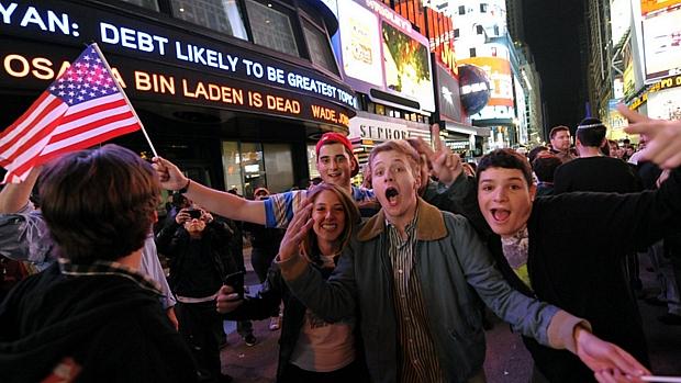 Em Times Square, Nova York, o celebração avançou pela madrugada desta segunda-feira