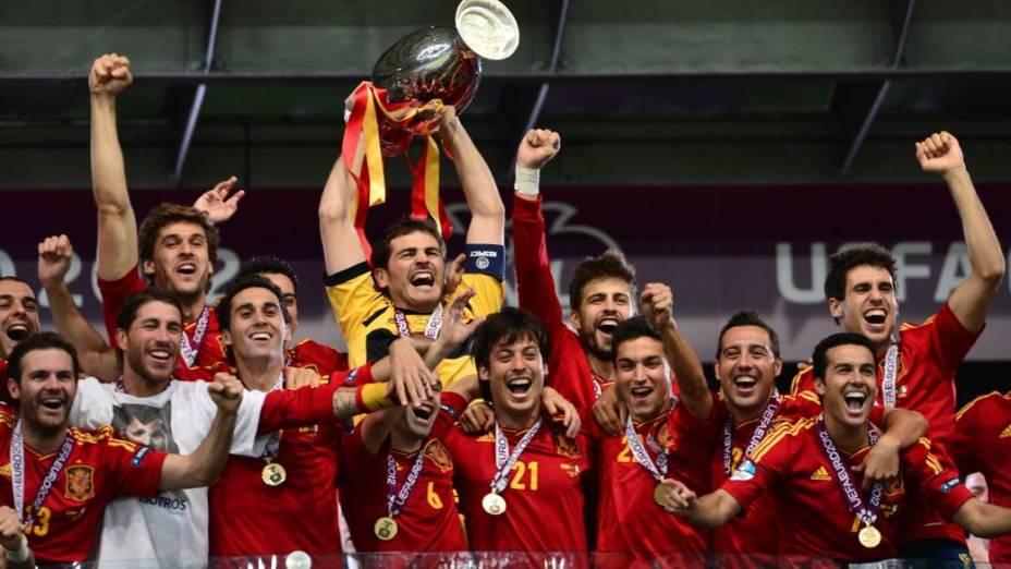 Levantando a taça na final da Eurocopa 2012, entre Espanha x Itália