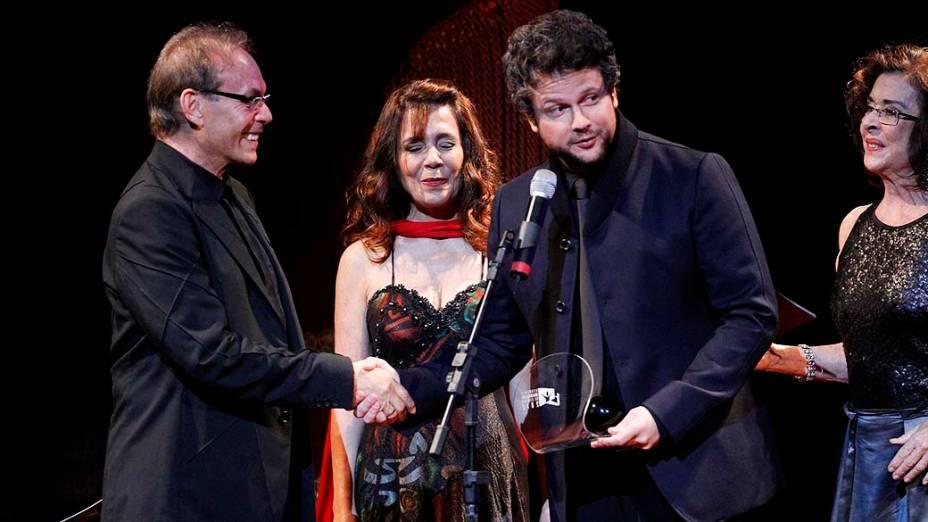 Selton Mello recebe prêmio de melhor direção pelo filme O Palhaço dos atores José Wilker, Zaíra Zambelli e Betty Faria