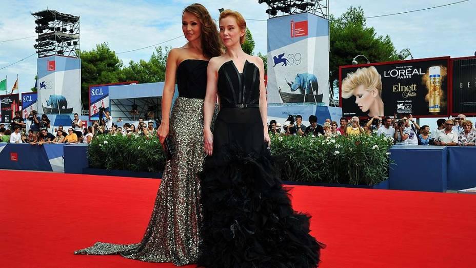 As atrizes Albina Dzhanabaeva e Franziska Petri durante o 69º Festival de Cinema de Veneza, em 30/08/2012