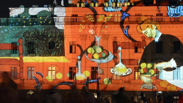Pintura projetada na fachada do Hotel Roma, em Berlim