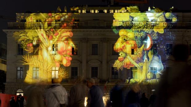 Obras do pintor italiano Giuseppe Arcimboldo exibidas no Festival das Luzes, em Berlim