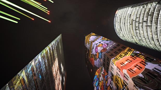 Prédios da Potsdamer Platz recebem projeções na oitava edição do Festival das Luzes, em Berlim