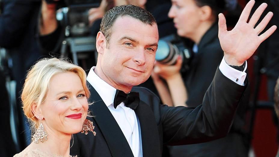 O ator americano Liev Schreiber chega com sua esposa, a atriz australiana Naomi Watts, para a cerimônia de abertura do 69º Festival de Veneza