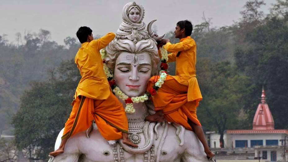 Estudantes hindus enfeitam imagem do Deus Shiva durante a inauguração do Festival Internacional