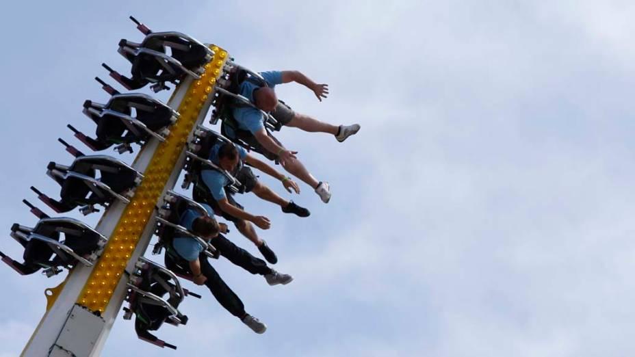 Em Newport, Inglaterra, visitantes brincam durante o festival de música Isle of Wight