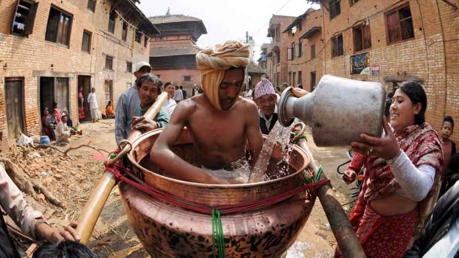 Participantes do festival de Madhav Narayan Mela na cidade de Thecho, Índia