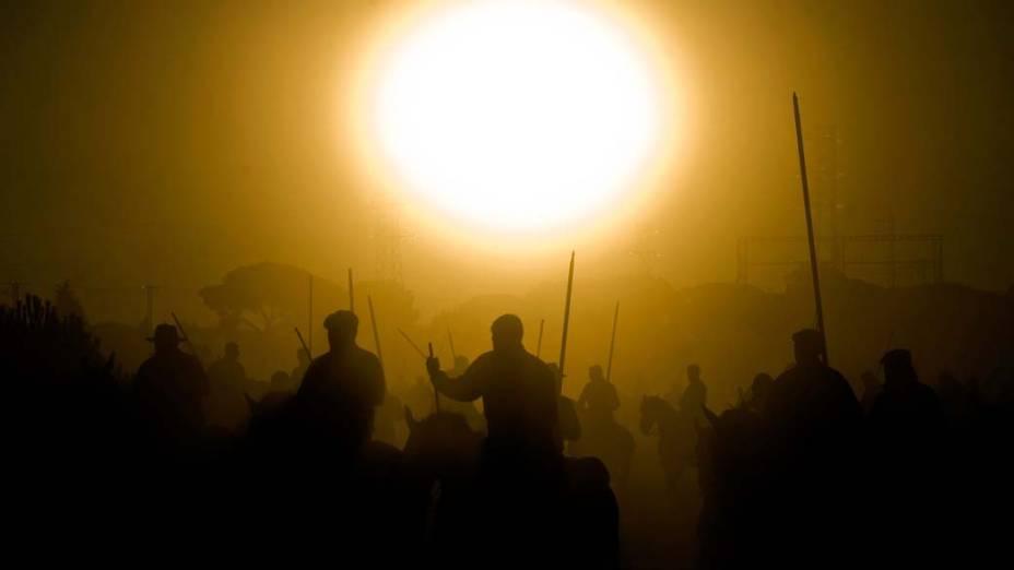 """Em Tordesilhas, na Espanha, acontece a """"Toro de la Vega"""", festa celebrada desde o século XV. A tradição manda que um touro atravesse o rio da cidade em direção à planície Vega antes de ser morto em honra à Virgem da Penha"""