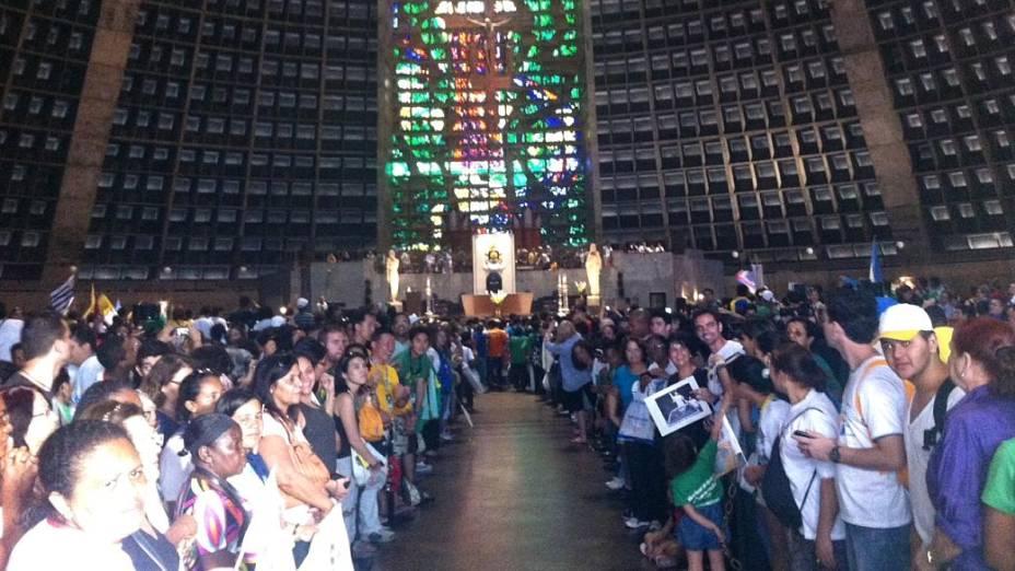 Fiéis esperam papa Francisco na Catedral Metropolitana