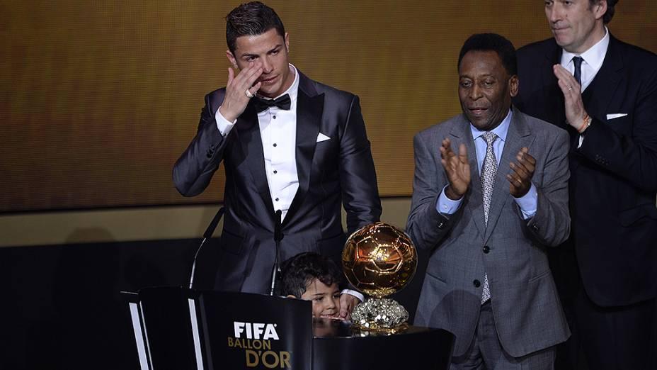 Cristiano Ronaldo recebe a Bola de Ouro da FIFA eleito como melhor jogador do mundo em 2013